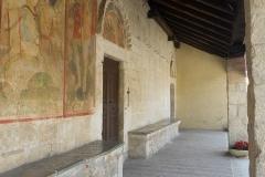 800px-Chiesa_di_San_Panfilo,_Tornimparte_-_portico,_2